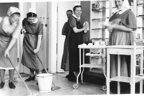 Arzthelferinnen waschen den Boden im Operationssaal