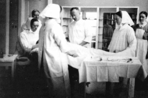 Im Operationssaal mit dem Chirurgen Dr. Schmidt, der die Sterilisationen im Rotenburger Diakonissenkrankenhaus durchführte